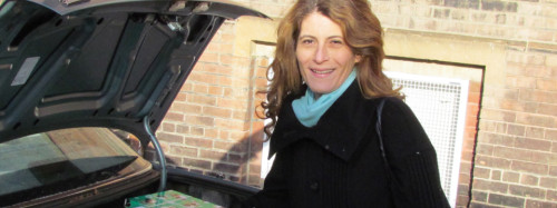Councillor Mary Fragedakis volunteers to deliver boxes to residents of her Ward.